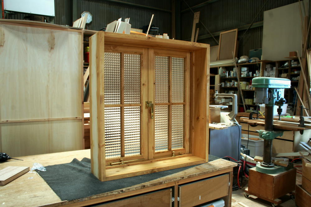 室内窓(チェッカーガラス・観音開き・十字格子・オーダー)/斜め内側全閉時
