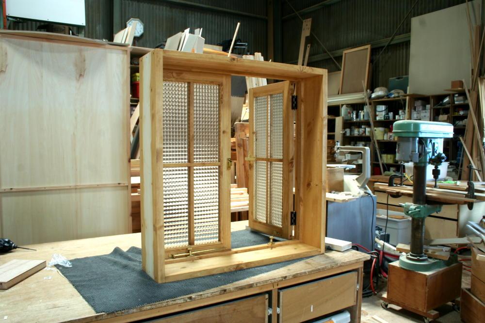 室内窓(チェッカーガラス・観音開き・十字格子・オーダー)/斜め内側、型扉開時