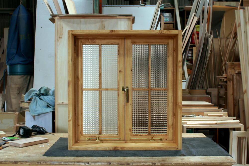 室内窓(チェッカーガラス・観音開き・十字格子・オーダー)/正面内側全閉時