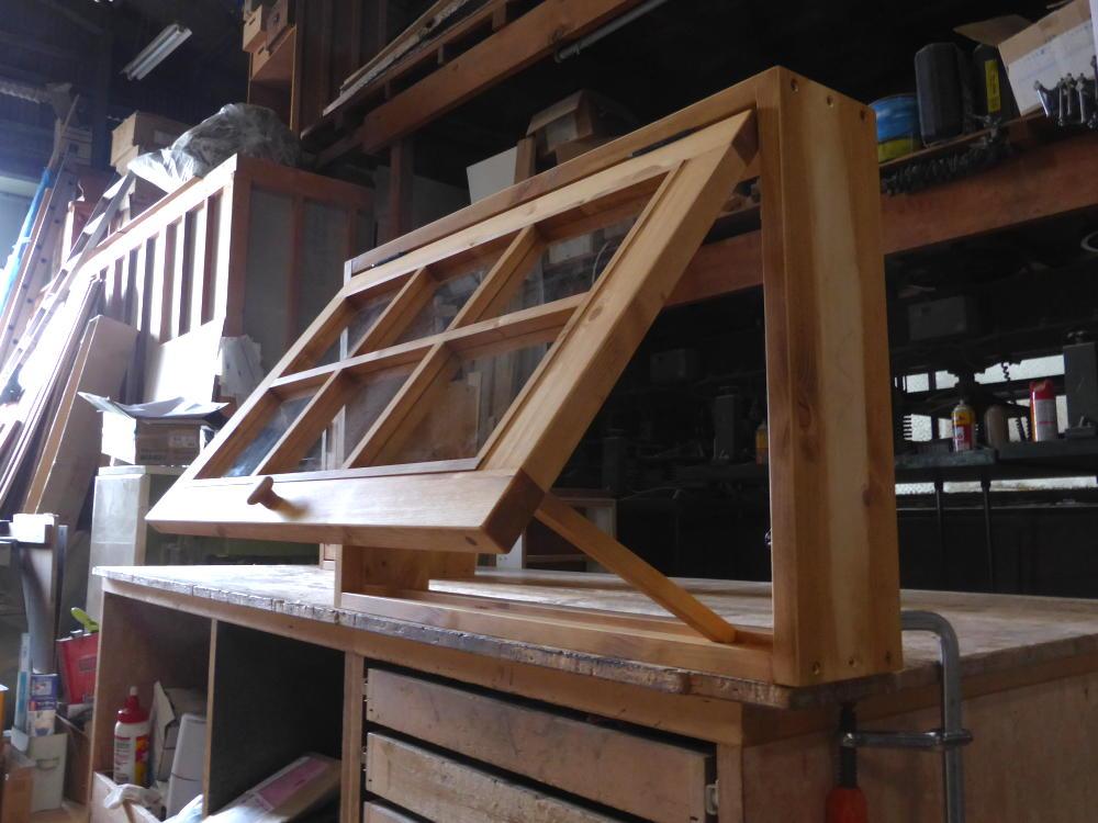 パタパタ窓と突っ張り棒(斜め外側・開時)