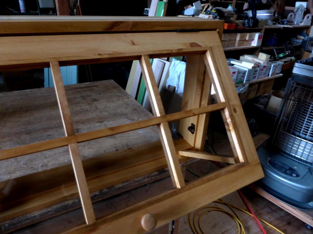 パタパタ窓と突っ張り棒(外側斜め上から・開時)