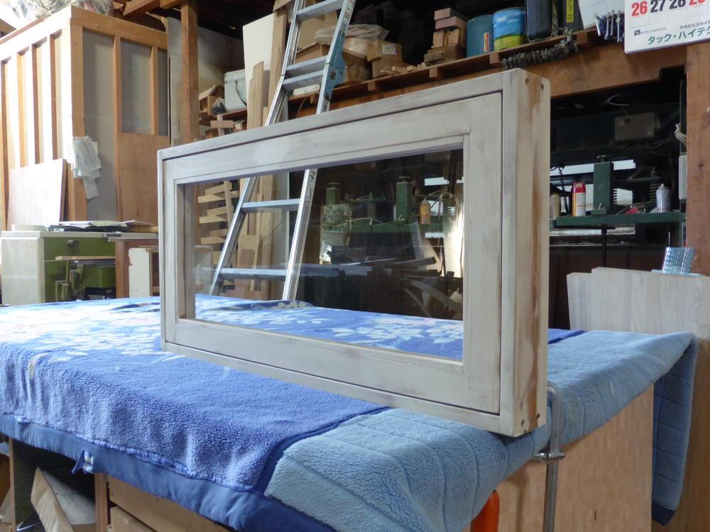 アンティークペイント仕上げの滑り出し窓(外側斜め全閉)