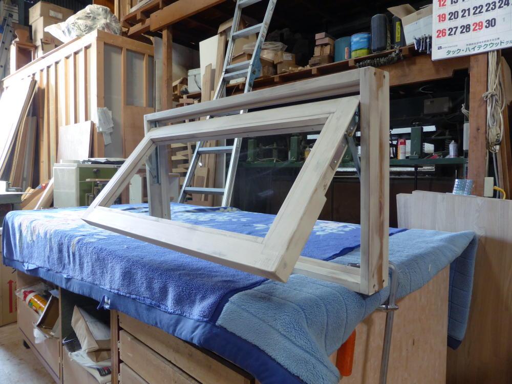 アンティークペイント仕上げの滑り出し窓(外側斜め半開)