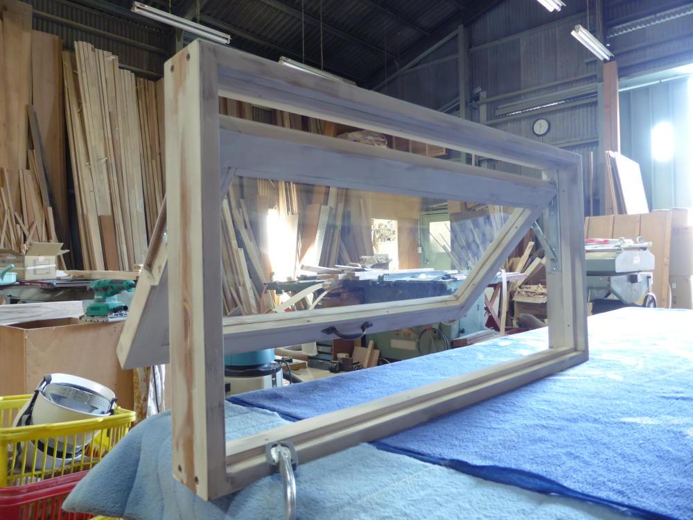 アンティークペイント仕上げの滑り出し窓(内側斜め半開)