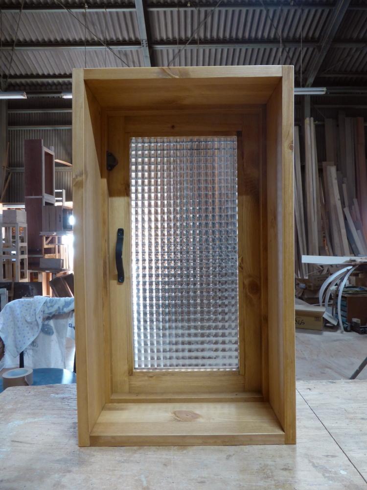チェッカーガラスの片開き室内窓(内側)