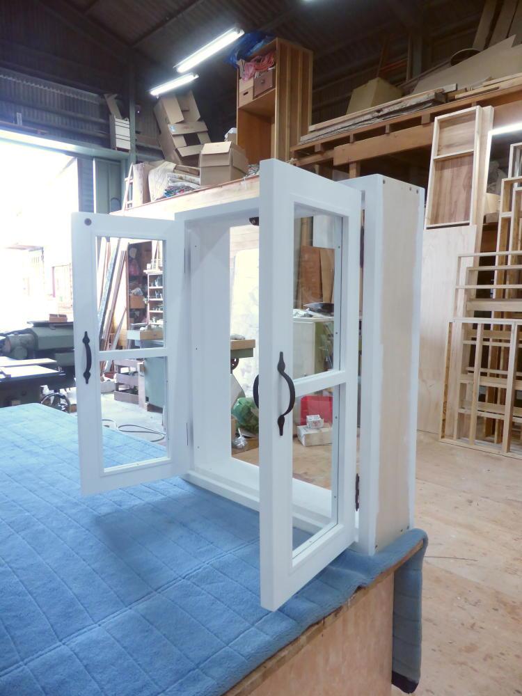 室内窓(観音開き)・一文字格子・外側斜め・開時