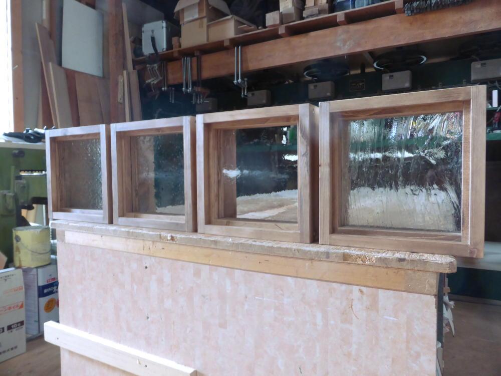 木製室内窓(FIX窓・オーダー)/左から、フローラガラス・気泡ガラス・アーティスタガラス・泡入りガラス(斜め正面)