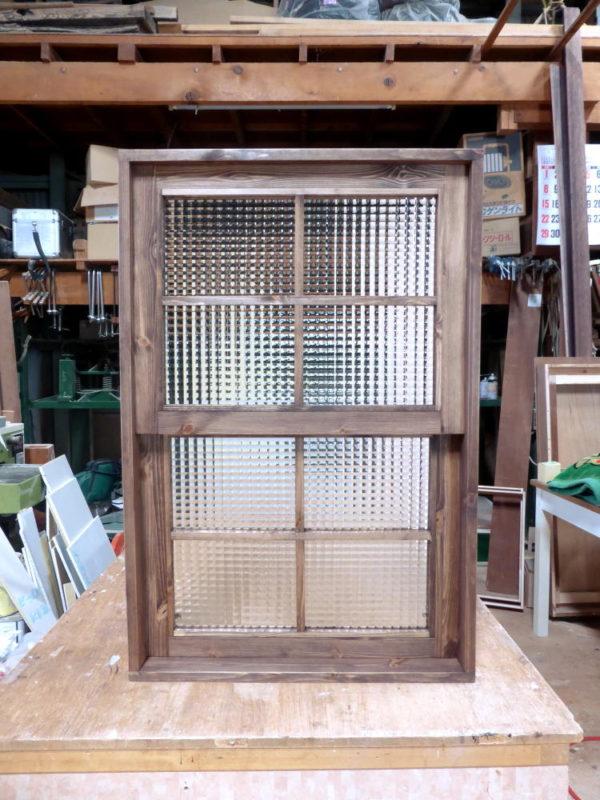チェッカーガラスの上げ下げ窓(外側正面)