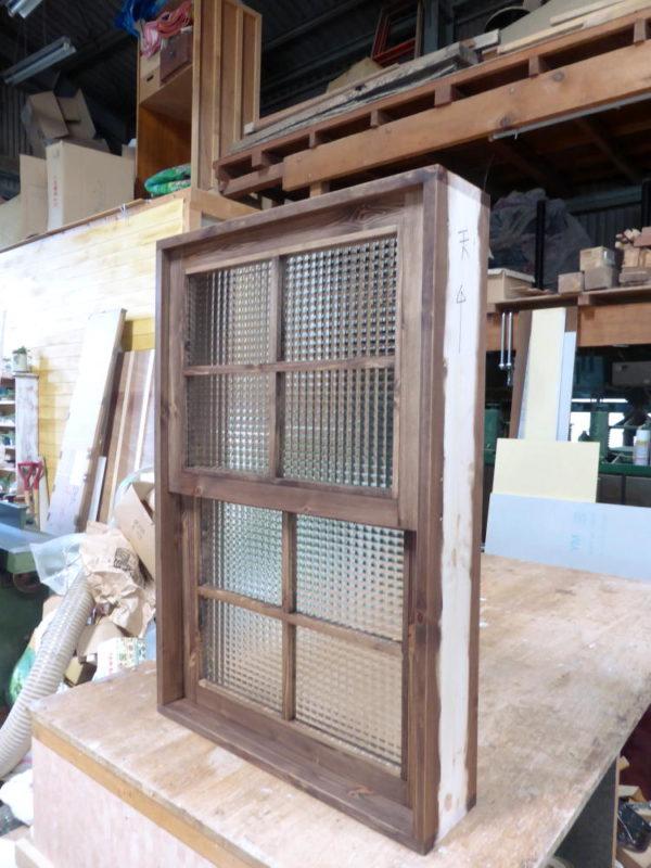 チェッカーガラスの上げ下げ窓(外側斜め・閉時)