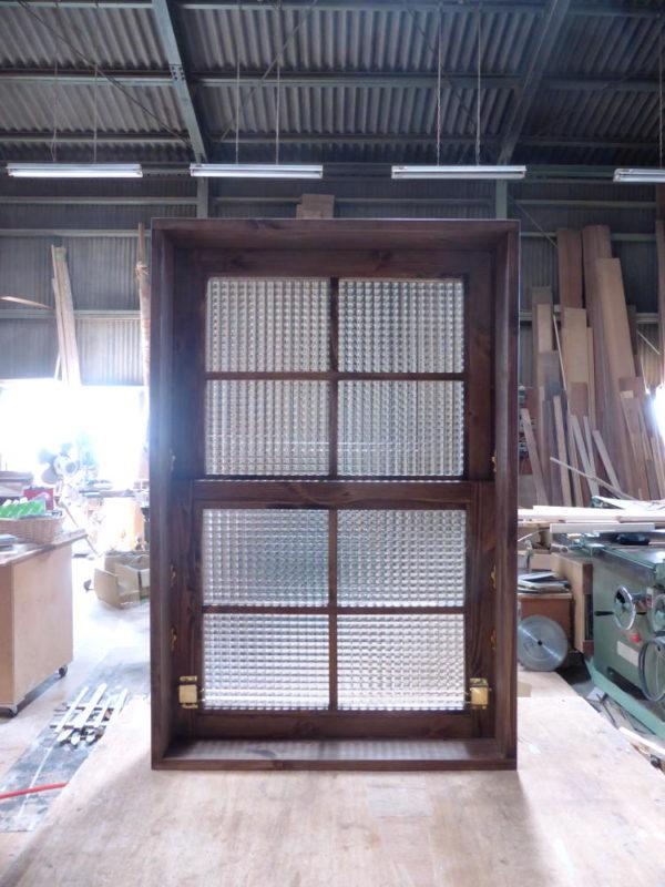 チェッカーガラスの上げ下げ窓(内側正面・閉時)