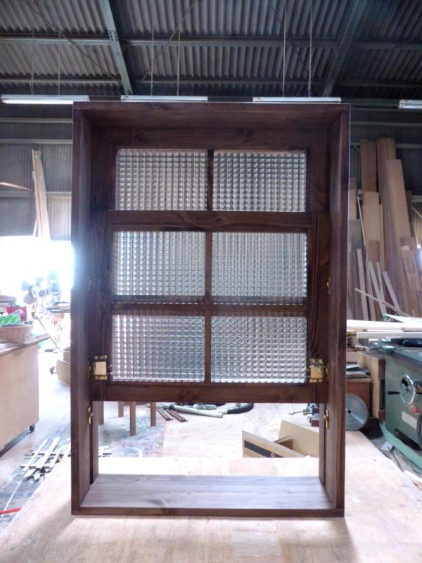 チェッカーガラスの上げ下げ窓(内側正面・半開)