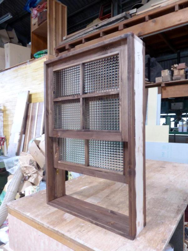 チェッカーガラスの上げ下げ窓(外側斜め・半開)