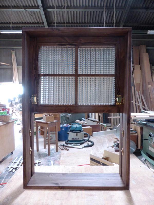 チェッカーガラスの上げ下げ窓(内側正面・全開)