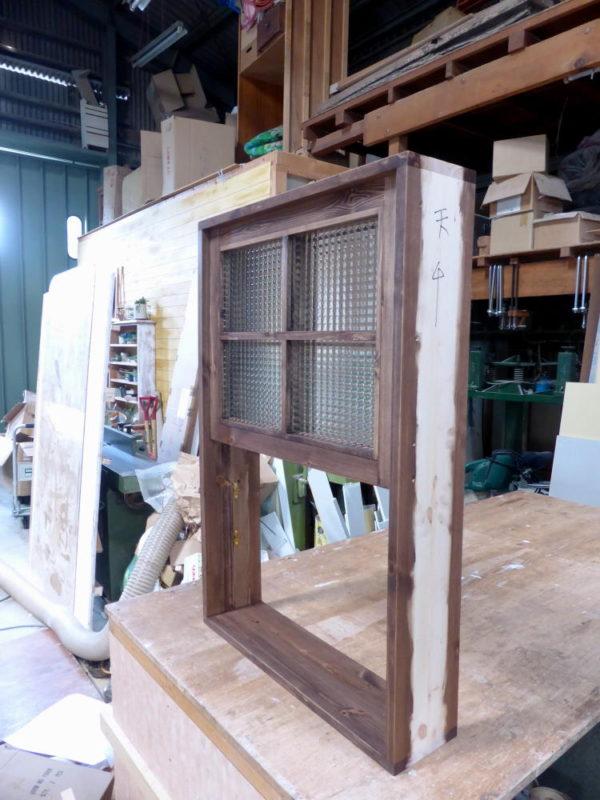 チェッカーガラスの上げ下げ窓(外側斜め・全開)