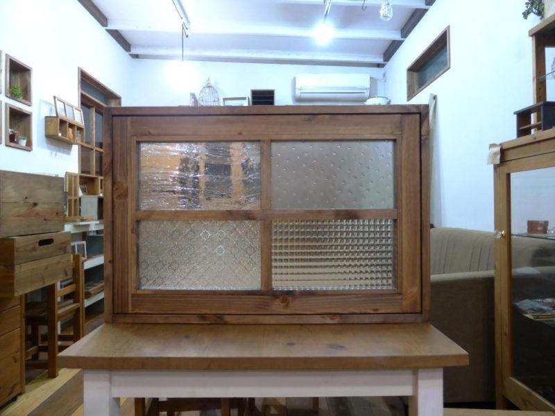 パッチワークガラスの回転窓(外側正面・全閉)