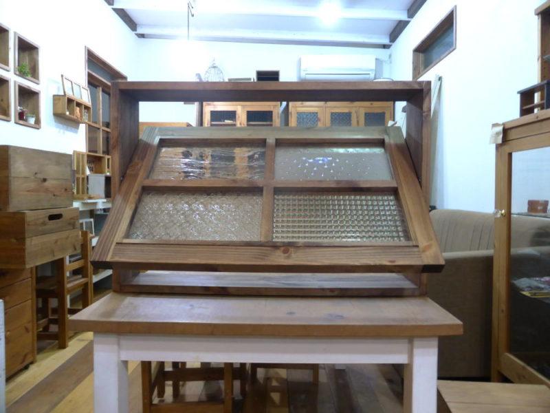 パッチワークガラスの回転窓(外側正面・36度開時)