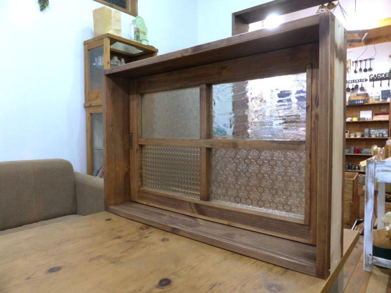 パッチワークガラスの回転窓(内側斜め閉時)