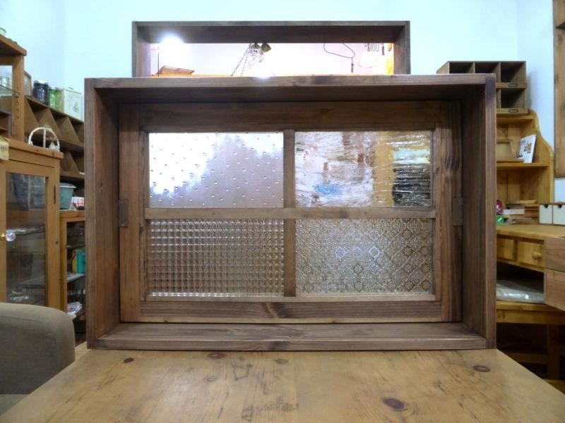 パッチワークガラスの回転窓(内側閉時)