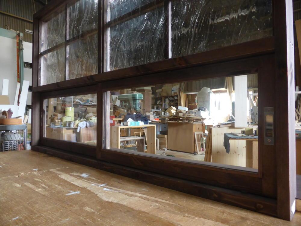キッチン側/上部FIX窓(泡入りガラス)、下部の引き違い窓(透明ガラス)