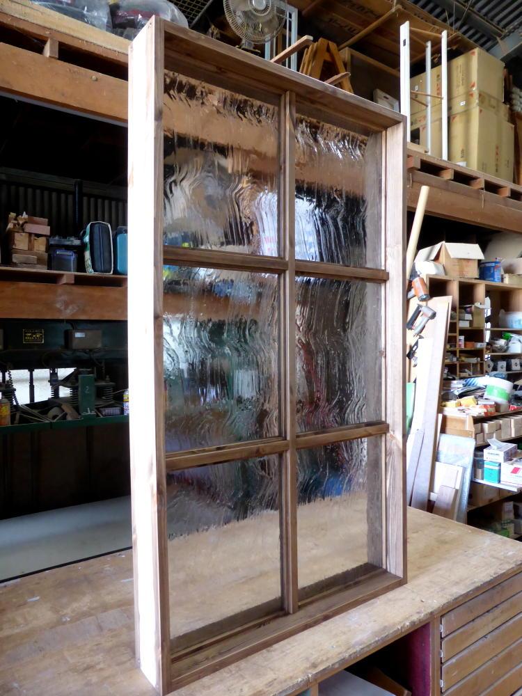 アンティーク調ガラスの大型FIX窓(斜め正面)