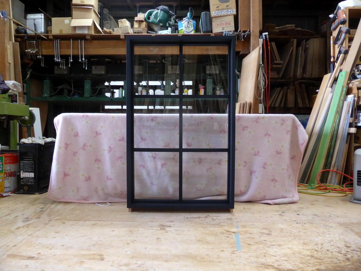 黒色塗りつぶし仕上げの室内窓・FIX(正面)