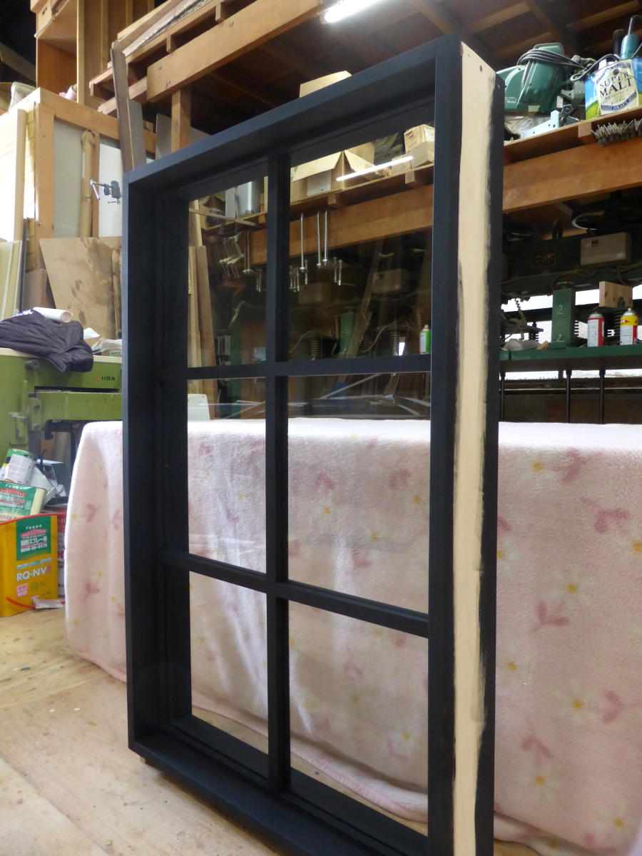 黒色塗りつぶし仕上げの室内窓・FIX(斜め)