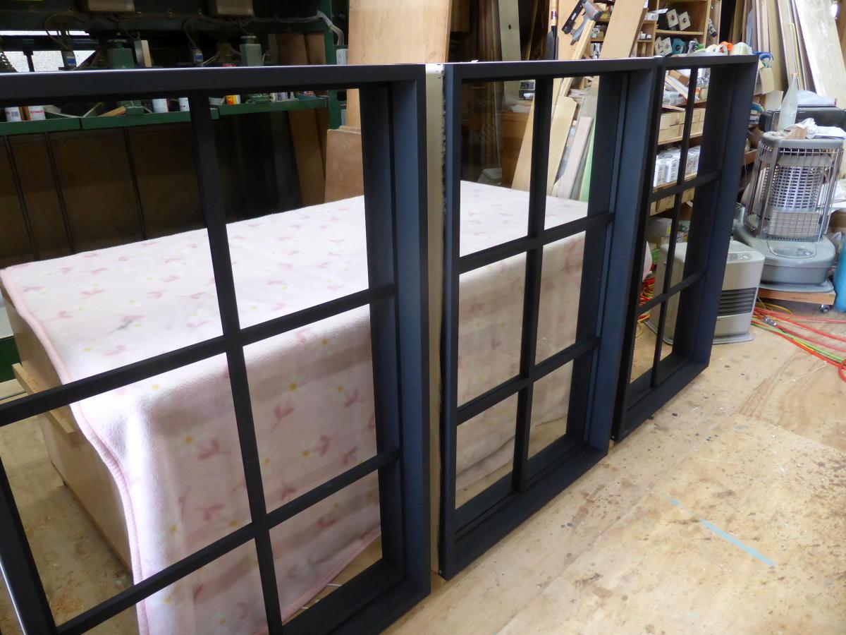 黒色塗りつぶし仕上げの室内窓・枠付きFIX窓(3台製作、斜めから)