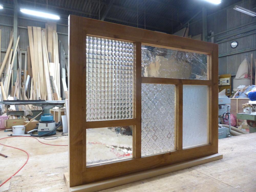 パッチワークガラスの変形格子室内窓