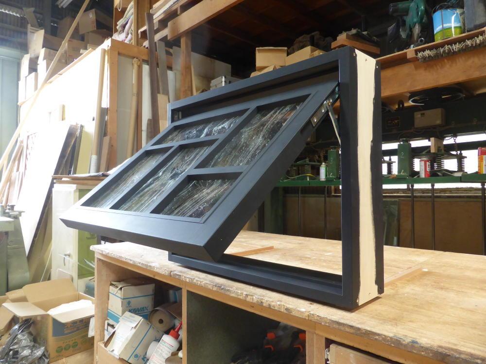 つや消し黒色塗りつぶし仕上げの滑り出し窓(木製・オーダー・okamoku)