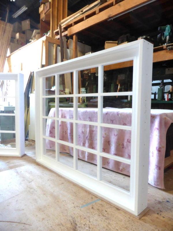 白色塗りつぶし仕上げの室内窓(FIX窓)透明ガラスと木製格子