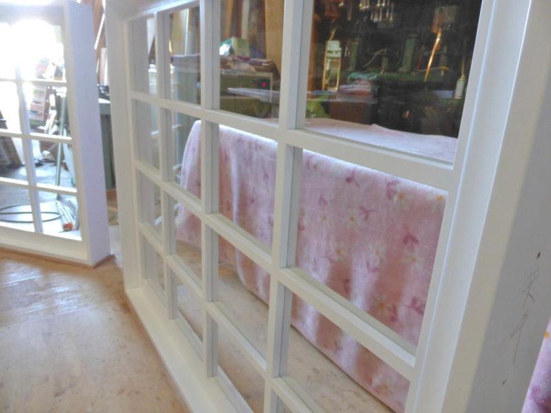 木製格子と透明ガラス
