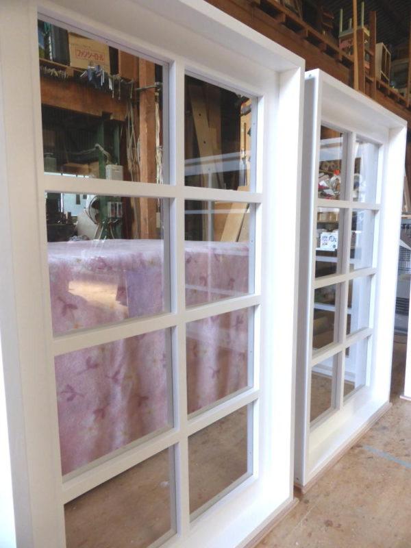 透明ガラスと木製格子