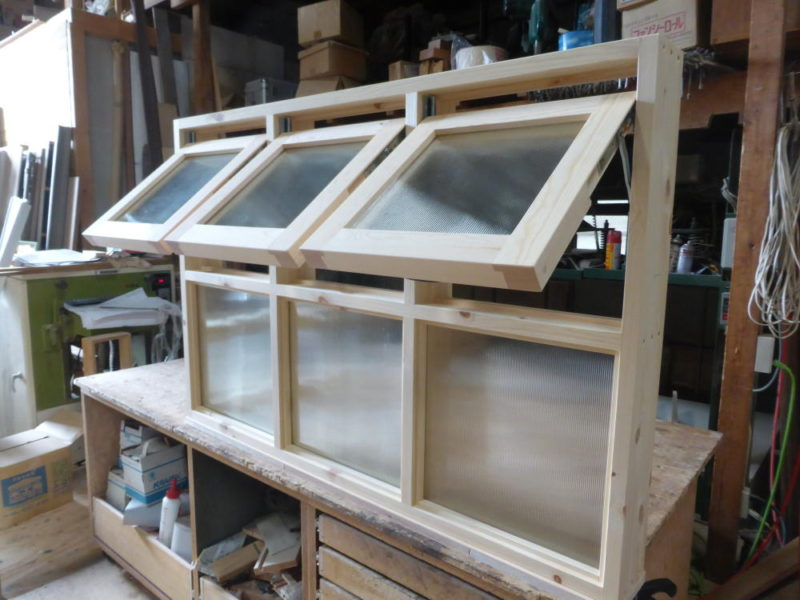 室内窓/上部滑り出し3連、下部FIX3連(外側斜め・開時)