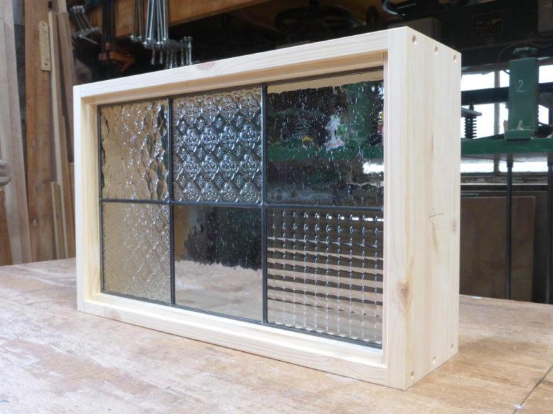 ステンドグラス格子窓