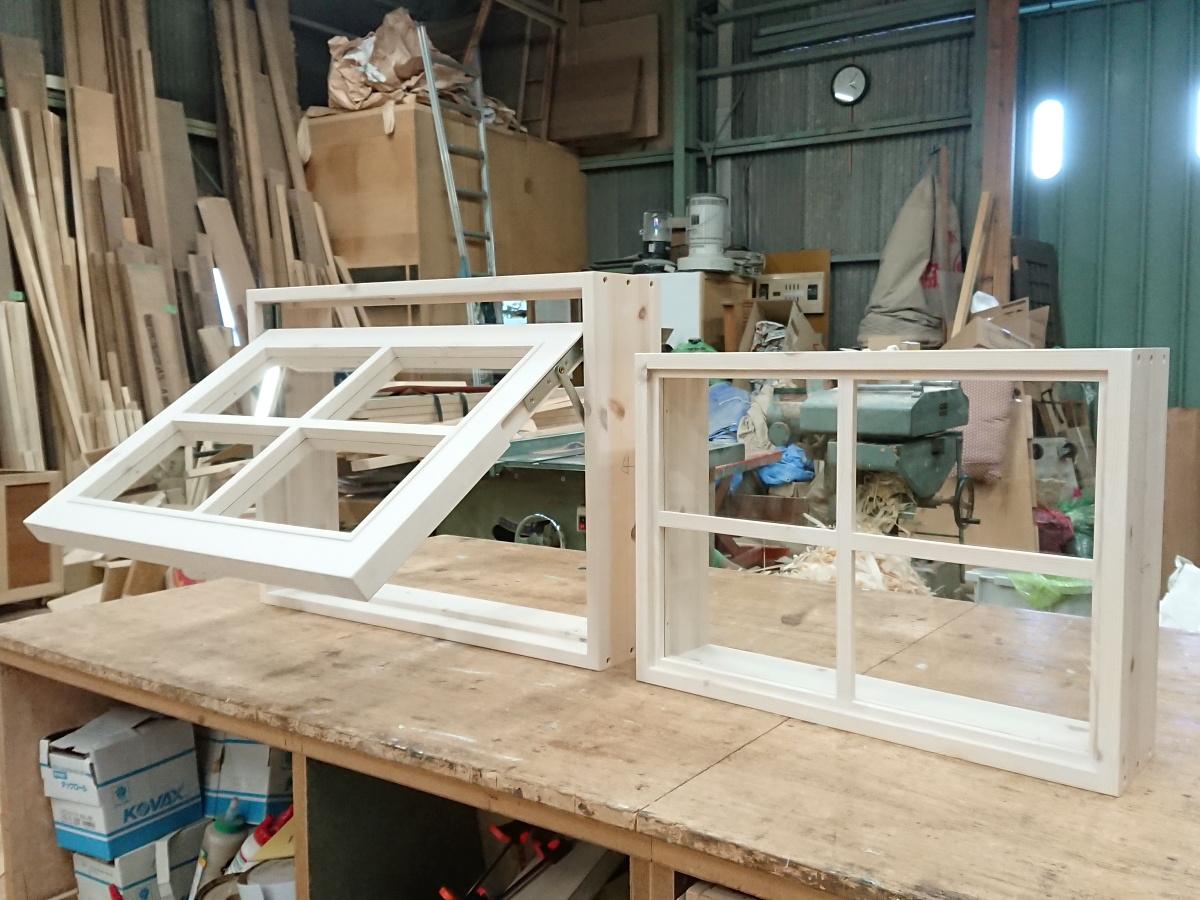 白色木目の滑り出し室内窓とFIX室内窓(okamoku)