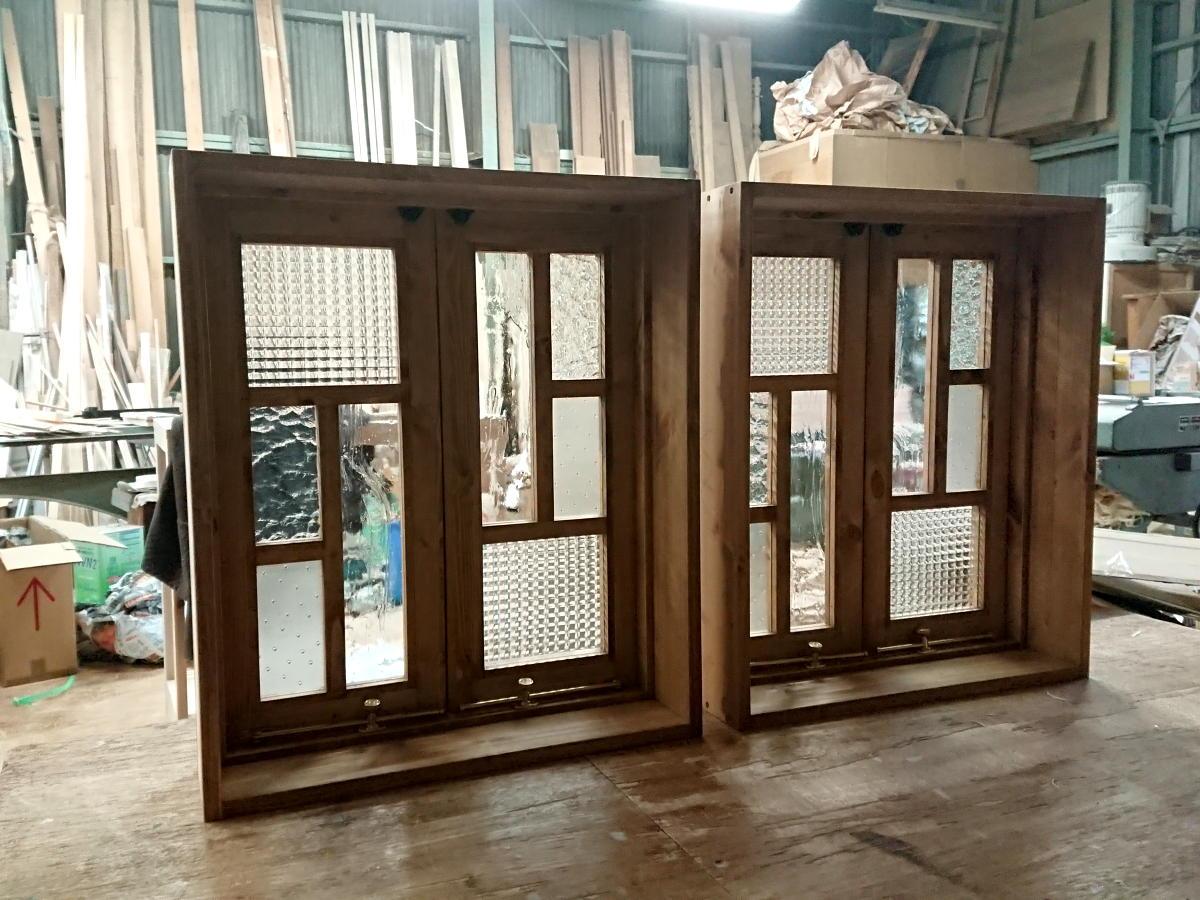 変形格子とパッチワークガラスの観音開き室内窓(内側閉時)