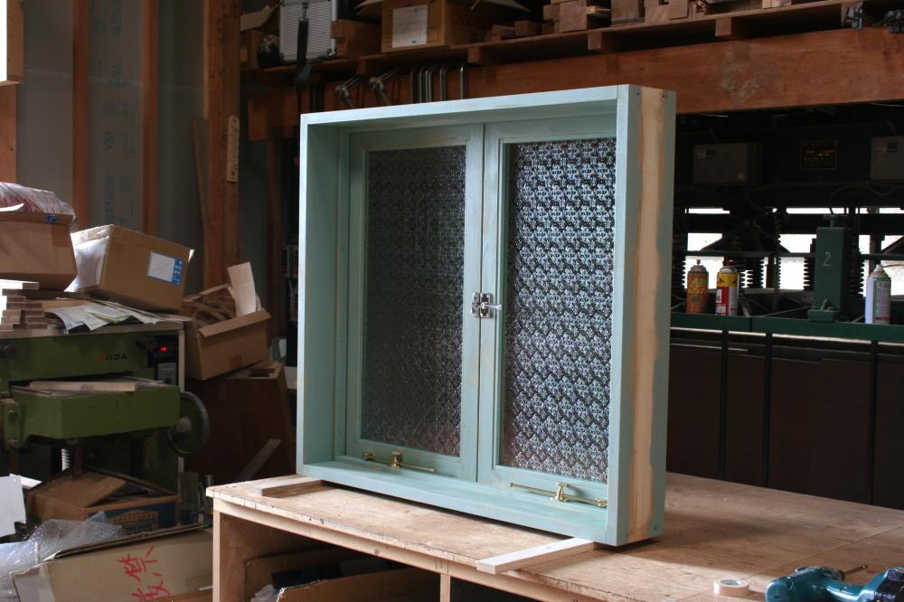 アンティークペイントの室内窓(内側斜め全閉時)