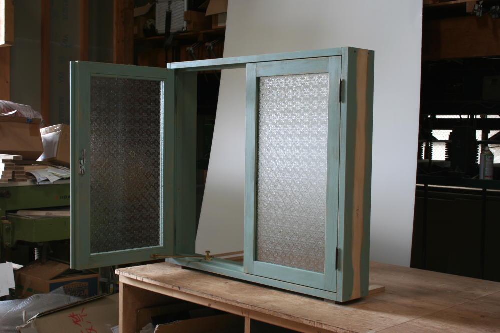 アンティークペイントの室内窓(外部斜め片扉全開時)