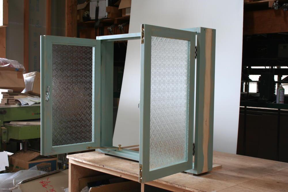 フローラガラスの室内窓(外側斜め全開時)