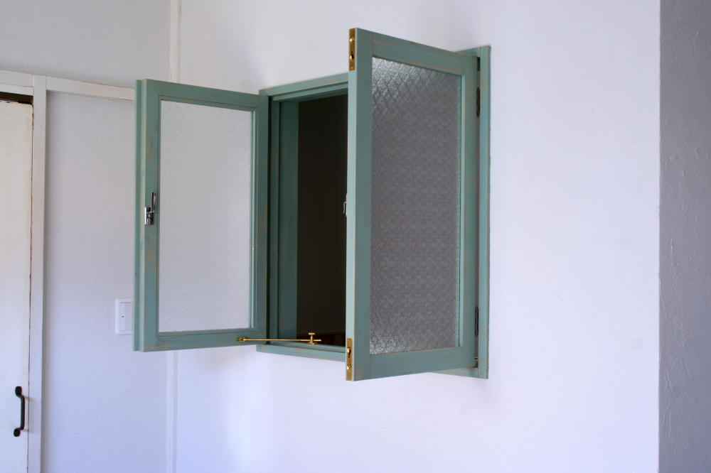 ブルーグリーンアンティークペイントの室内窓(外部斜め全開)