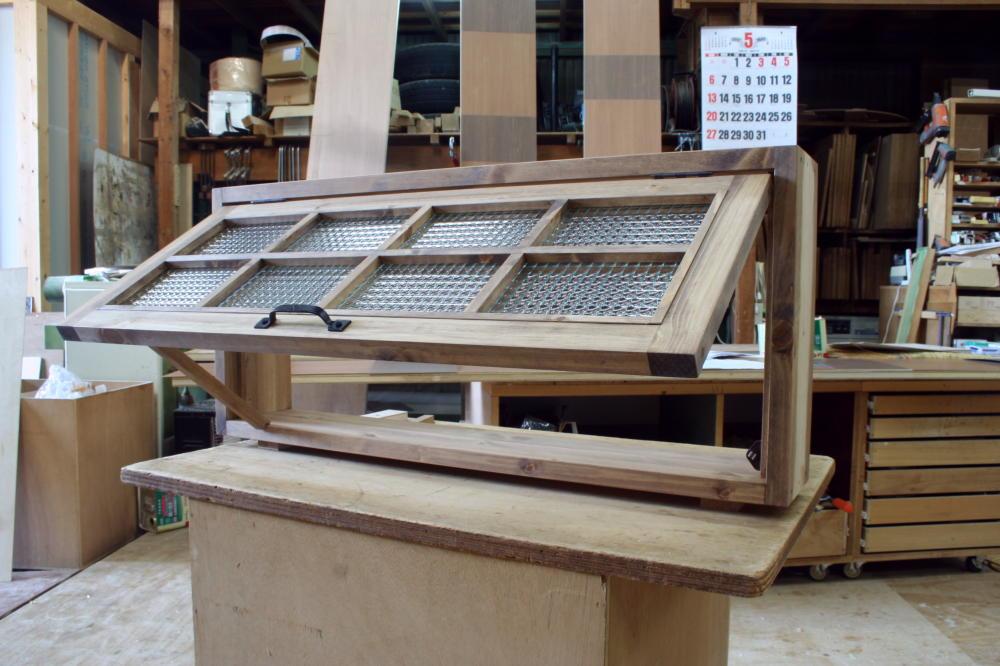 パタパタ窓・チェッカーガラス(外側斜め・開時)