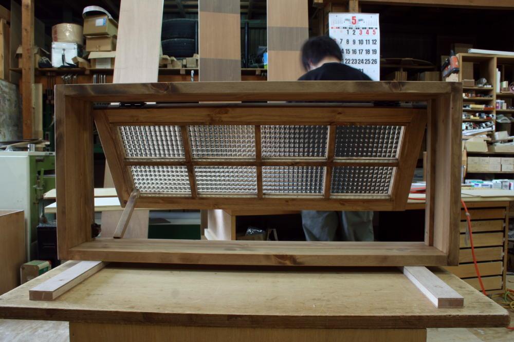 パタパタ窓・チェッカーガラス(内側正面・開時)
