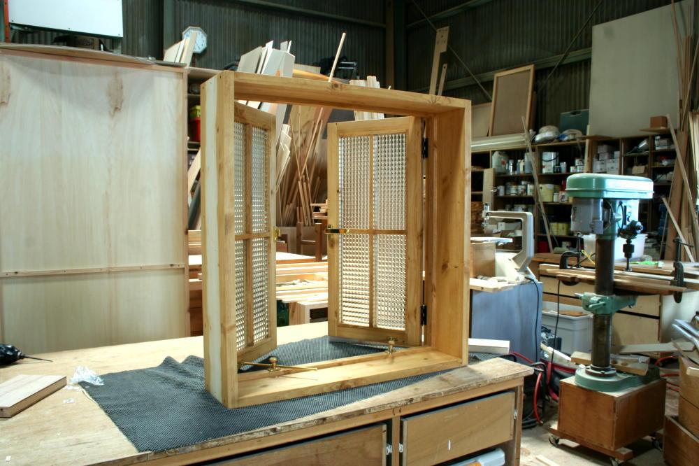 室内窓(チェッカーガラス・観音開き・十字格子・オーダー)/斜め内側、半開時
