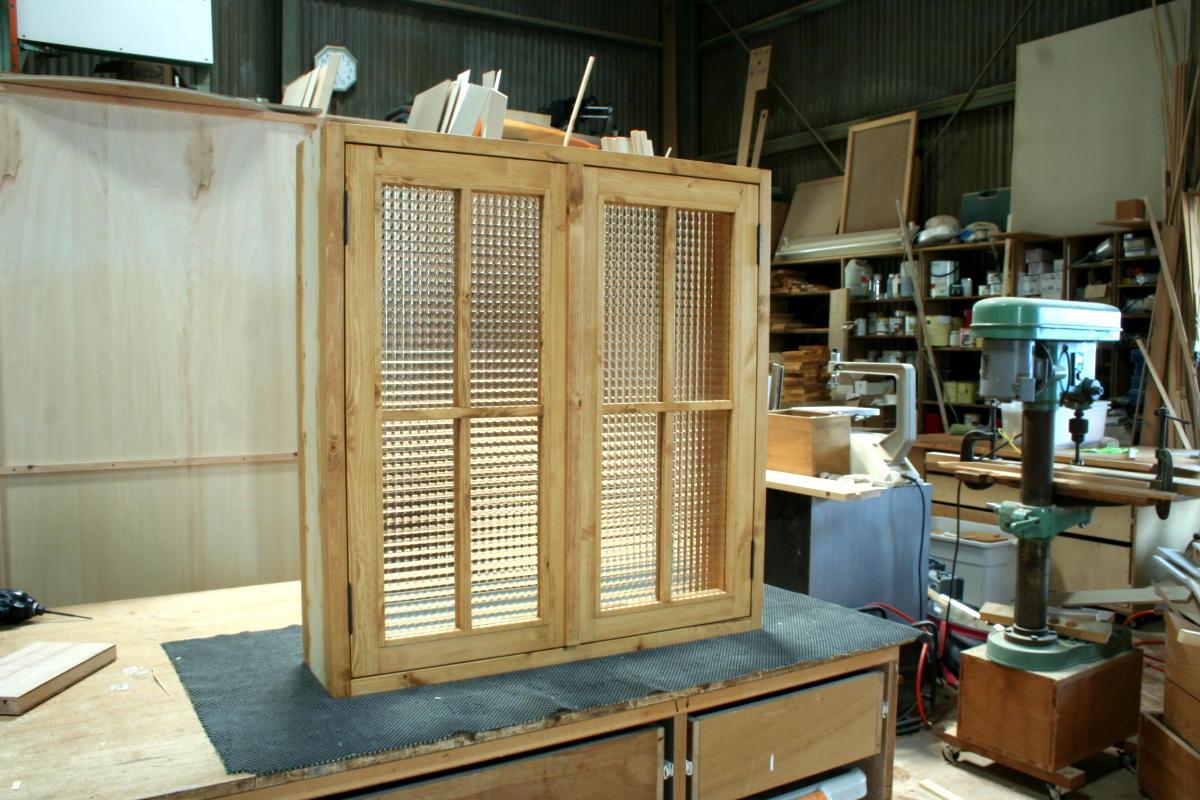 室内窓(チェッカーガラス・観音開き・十字格子・オーダー)/斜め外側、全閉時