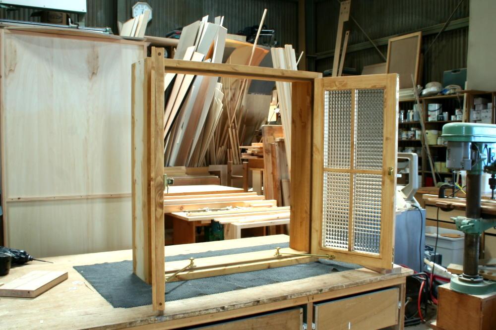 室内窓(チェッカーガラス・観音開き・十字格子・オーダー)/斜め外側全開時