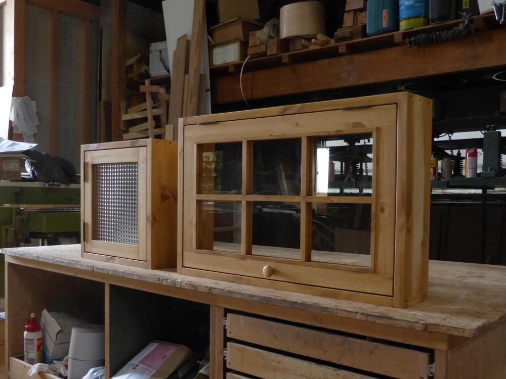 チェッカーガラス片開き窓(左)と格子付きパタパタ窓(右)
