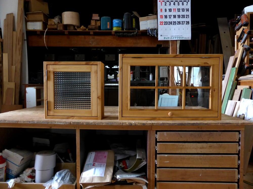 オーダー室内窓/チェッカーガラス片開き窓(左)とパタパタ窓(右)