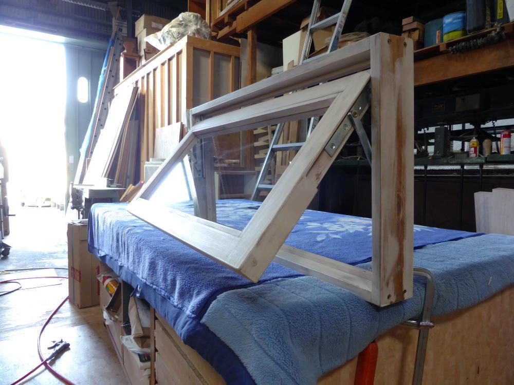 アンティークペイント仕上げの滑り出し窓(外側斜め半開2)