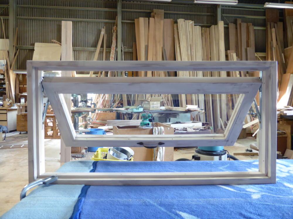 アンティークペイント仕上げの滑り出し窓(内側正面半開)