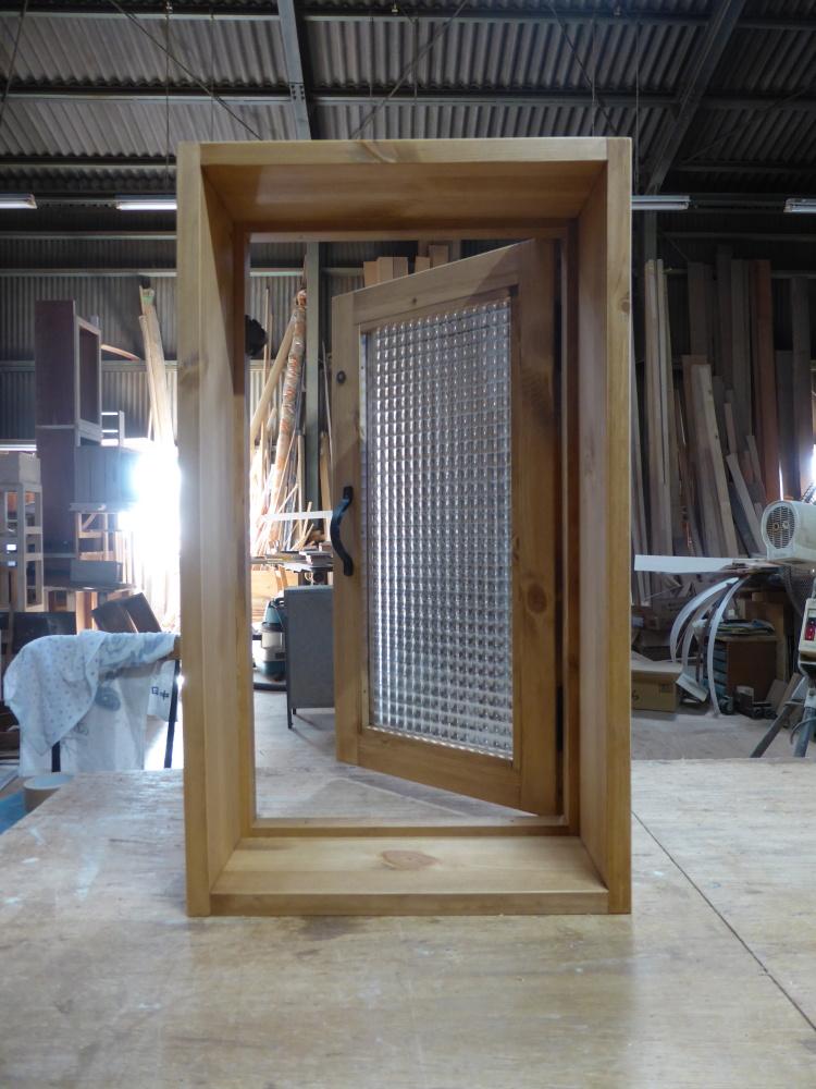 チェッカーガラスの片開き室内窓(内側・開時)